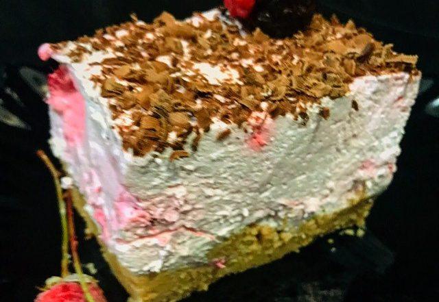 Kremast kolač sa malinama gotov za deset minuta